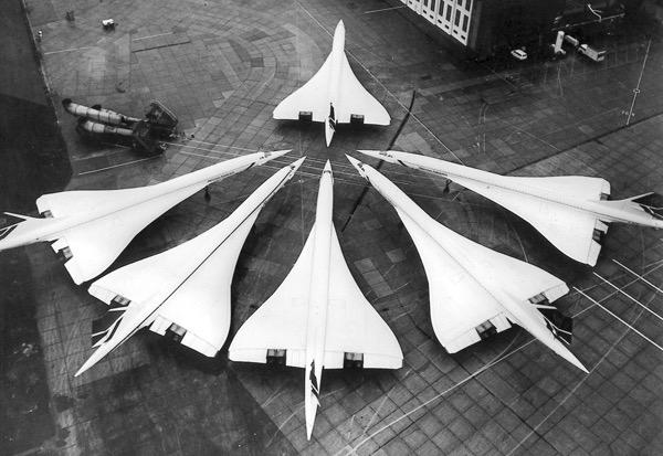 Zehn Jahre Concorde Flugdienst - Ein seltenes Bild auf dem Londoner Flughafen Heathrow am 21 Januar 1986: die britische Concordeflotte zu einem Bild vereint. Anlass war das zehnjaehrige Bestehen des britischen Concorde-Flugdienstes, der am 21. Januar 1976 begann. (AP Photo)